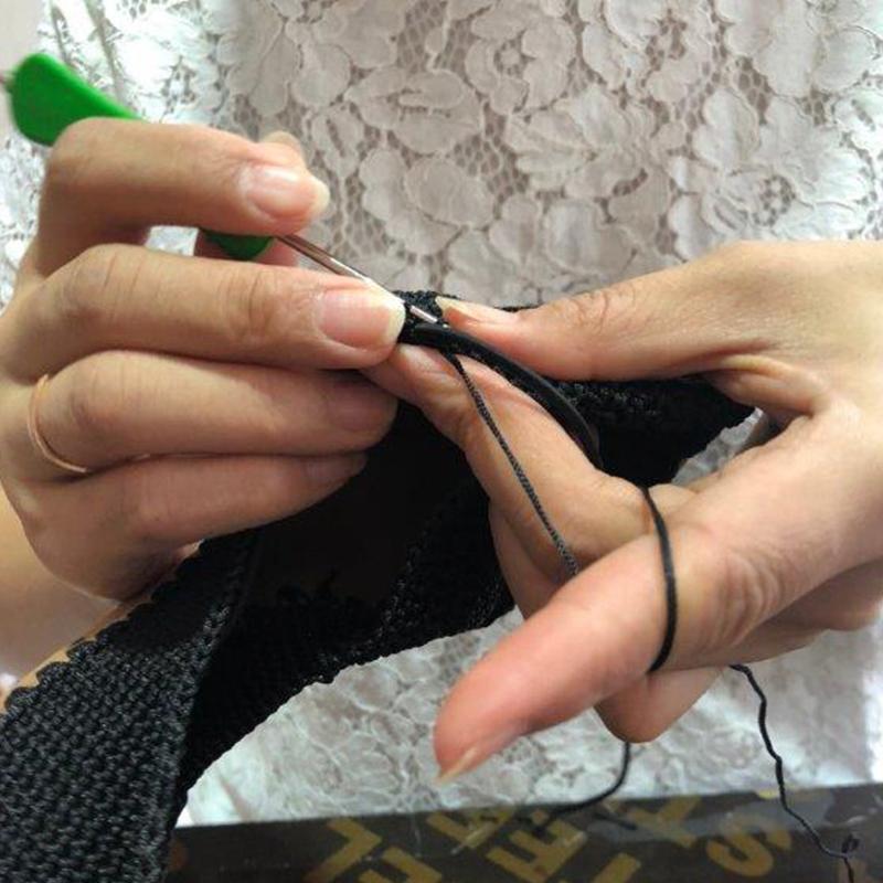 PuHLaは生産は1日に1~5足のみ。熟練したスタッフが作る希少性の高い手編みシューズ。